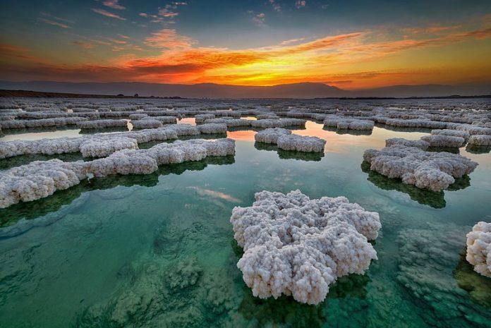 בוץ ים המלח נוצר לפני אלפי שנים במהלכם נבנה הבוץ שכבות שכבות ממשקעי טיט