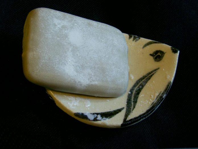 סבון טיפולי - ים המלח מעושר בשמן המפשמן ההמפ מכיל ויטמין E, ויטמינים מסוג B,